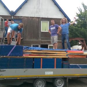 Het laden van het materiaal een dag voor het zomerkamp