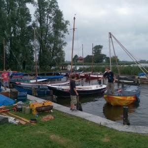 Alle spullen moesten met de boot naar het kampterrein gebracht worden